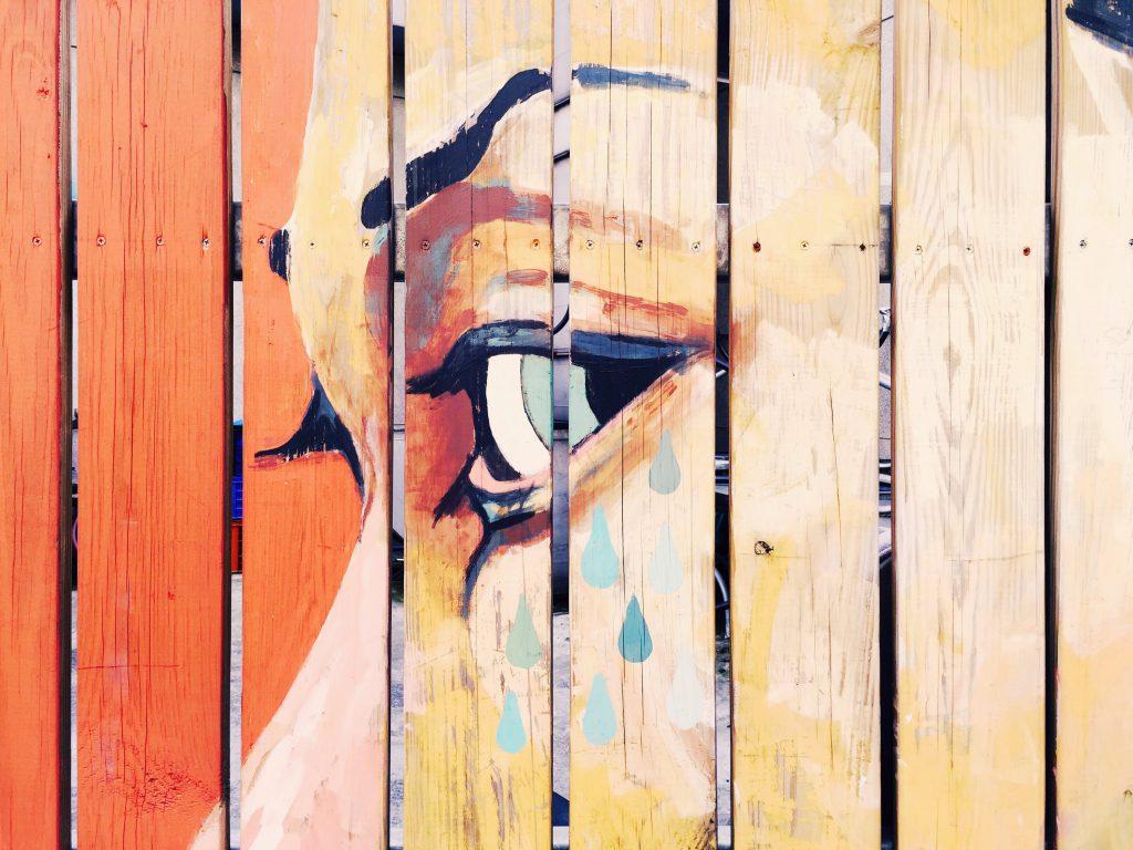 Muurschildering op een houten muur
